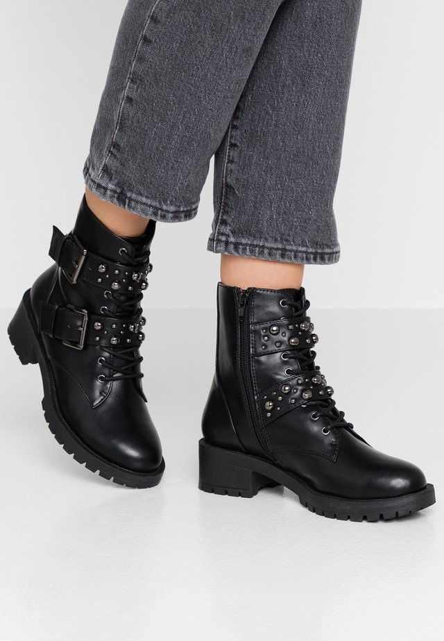 BIACLAIRE STUD BELT BOOT - Cowboy/biker ankle boot - black