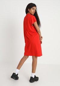 Weekday - PRIME DRESS - Žerzejové šaty - red - 2