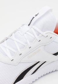 Reebok - FLEXAGON ENERGY 2.0 MT - Obuwie do biegania treningowe - white/pink/black - 5