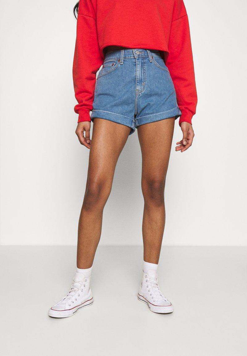 Levi's® - MOM LINE  - Shorts di jeans - light blue denim