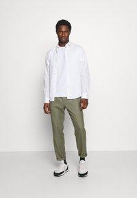 Tommy Hilfiger - MODERN ESSENTIALS PANELED TEE - Basic T-shirt - white - 1