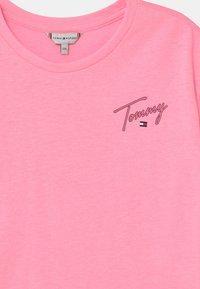Tommy Hilfiger - T-shirt z nadrukiem - cotton candy - 2