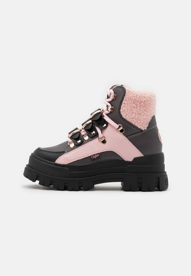 MH X BUFFALO  - Bottines à plateau - black/dark grey/rose