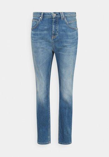 FREJA BOYFRIEND - Relaxed fit jeans - mid blue marble