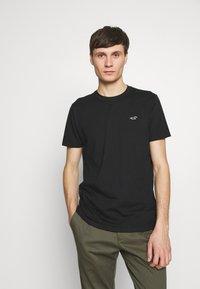Hollister Co. - CREW SOLIDS - Camiseta básica - black - 0