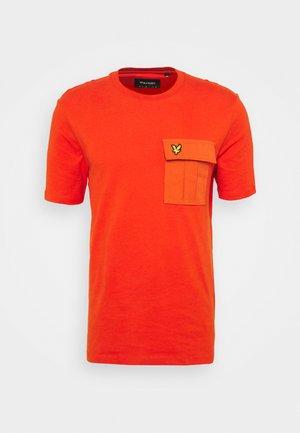 POCKET  - T-shirt med print - burnt orange