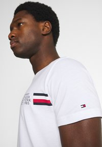 Tommy Hilfiger - CORP SPLIT TEE - T-shirt med print - white - 5