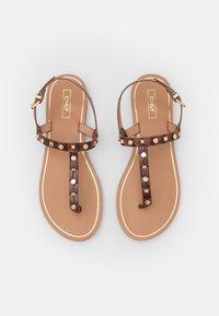 ONLY SHOES - ONLMELLY STRUCTURE STUD  - Sandály s odděleným palcem - brown - 5