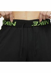 Nike Performance - SHORT TRAIN - Korte sportsbukser - black mean green mean green - 5
