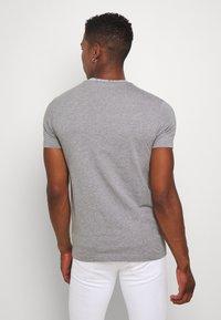 Calvin Klein Jeans - INSTITUTIONAL COLLAR LOGO - Triko spotiskem - mottled grey - 2