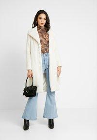 Miss Selfridge - BELTED LONGLINE WRAP COAT - Zimní kabát - cream - 1