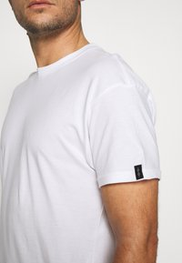 Common Kollectiv - UNISEX BOX FIT FLASH TEE - Basic T-shirt - white - 4