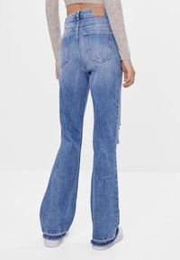 Bershka - MIT ZIERRISSEN - Jeans a zampa - blue - 2