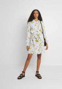 Pieces - PCLILLIAN DRESS - Košilové šaty - plein air - 1