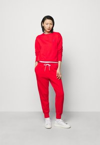 Polo Ralph Lauren - FEATHERWEIGHT - Tracksuit bottoms - bright hibiscus - 1
