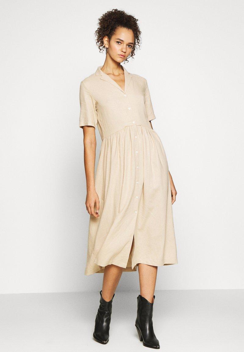 PIECES Tall - PCMILRED DRESS TALL - Vestido informal - warm sand