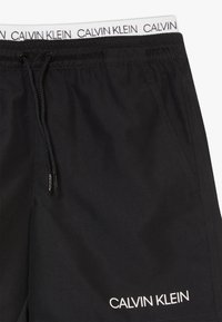 Calvin Klein Swimwear - MEDIUM DOUBLE WAISTBAND LOGO - Swimming shorts - black - 3
