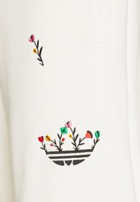 adidas Originals - FLORAL UNISEX - Shorts - off-white - 5