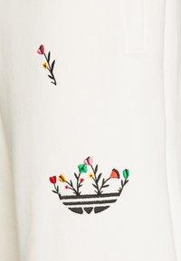 adidas Originals - FLORAL UNISEX - Shorts - off-white - 7
