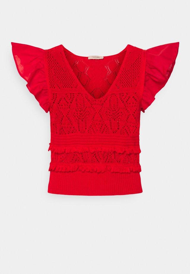 MAGLIA  SCOLLO V  - T-shirt print - corallo