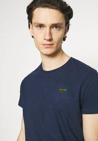 REVOLUTION - REGULAR - Basic T-shirt - navy melange - 4
