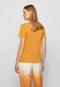 BOSS - Basic T-shirt - open yellow - 2
