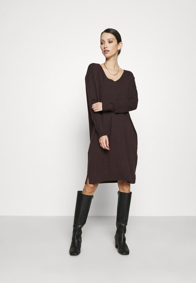 VMHOLLY V NECK LOOSE DRESS - Sukienka dzianinowa - chocolate plum