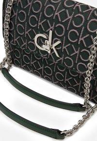 Calvin Klein - RE LOCK CROSSBODY - Sac bandoulière - green - 4