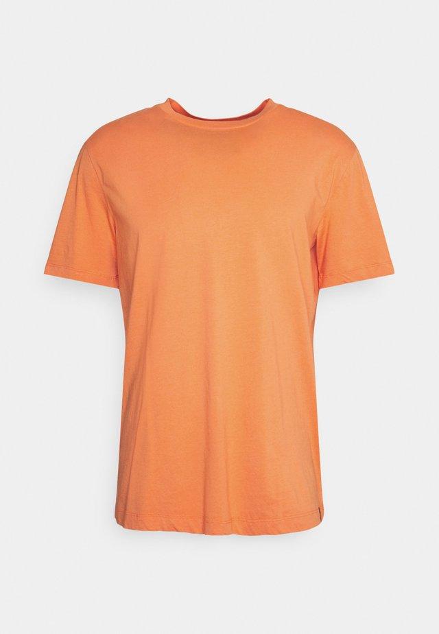 CLASSIC SOLID CREWNECK - Camiseta básica - peach echo