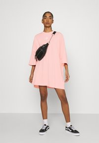 Puma - CLASSICS TEE DRESS - Jerseyjurk - apricot blush - 1