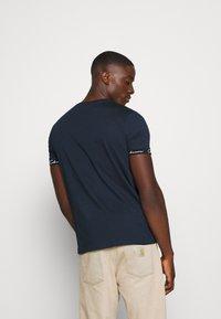 CLOSURE London - HIDDEN LOGO BAND TEE - Print T-shirt - navy - 2