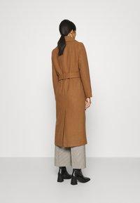 JUST FEMALE - LEOLA COAT - Zimní kabát - walnut - 2