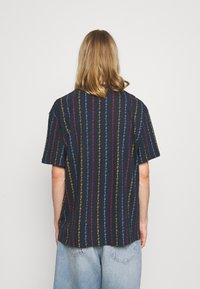 Karl Kani - UNISEX SIGNATURE LOGO PINSTRIPE TEE - Print T-shirt - navy - 2