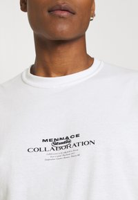 Mennace - COLLABORATION REGULAR - Print T-shirt - off white - 5
