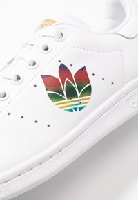 adidas Originals - STAN SMITH - Baskets basses - footwear white/core black/gold metallic - 2
