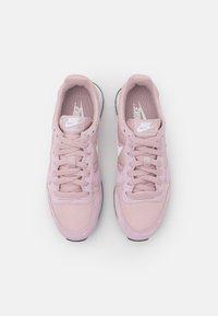 Nike Sportswear - INTERNATIONALIST - Joggesko - champagne/white/black - 5