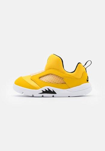 5 RETRO LITTLE FLEX UNISEX - Basketball shoes - black/white