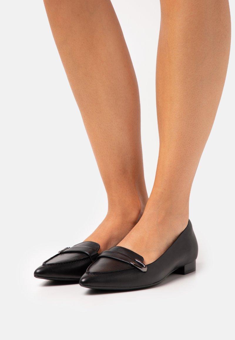 Clarks - LAINA BUCKLE - Nazouvací boty - black