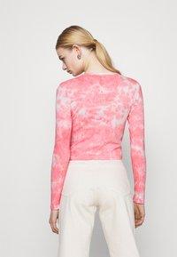 BDG Urban Outfitters - TIE DYE BABY TEE - Top sdlouhým rukávem - pink - 2