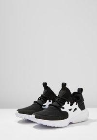 Nike Sportswear - REACT PRESTO - Baskets basses - black/white - 3