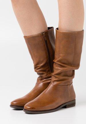 LYANA - Vysoká obuv - cognac
