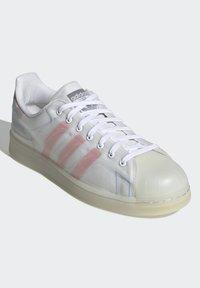 adidas Originals - SUPERSTAR FUTURESHELL - Tenisky - ftwr white/semi solar red/bright blue - 2