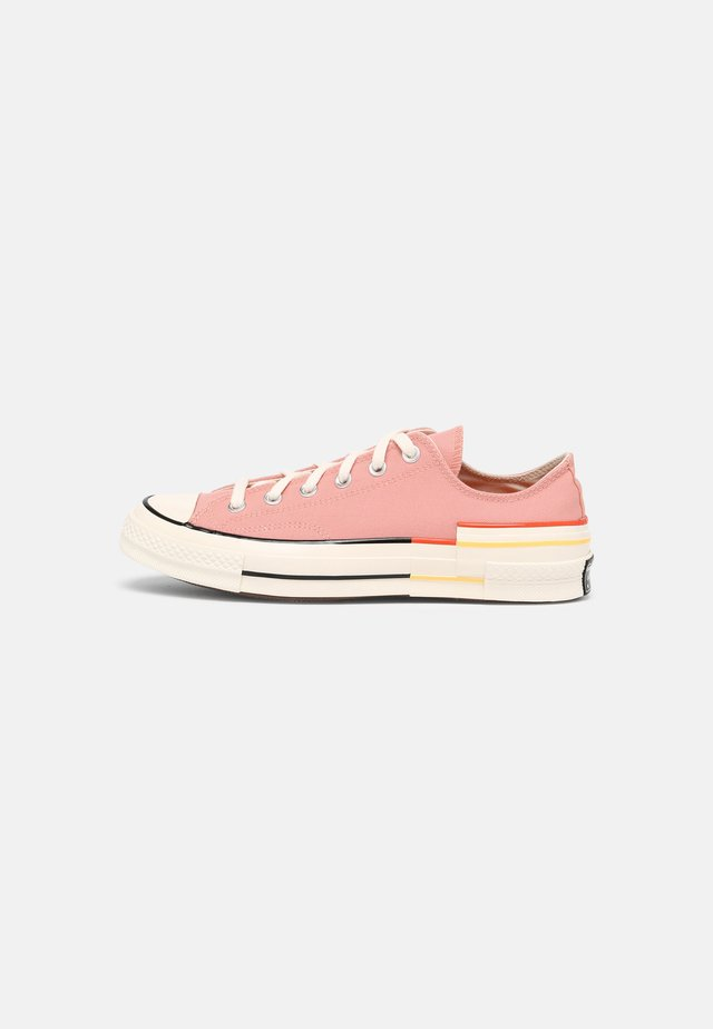 CHUCK 70 OFF THE GRID - Sneakers laag - pink quartz/bright poppy/egret