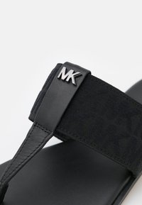 MICHAEL Michael Kors - VERITY THONG - Sandály s odděleným palcem - black - 6