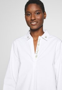 Cortefiel - POLO NECK BLOUSE WITH EMBROIDERY DETAIL - Camisa - white - 4