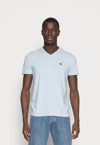 Abercrombie & Fitch - NEW FRINGE V NECK 3 PACK - T-shirt imprimé - red/light blue/navy blue - 1