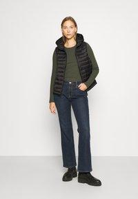GAP - V BOOT PEARL - Bootcut jeans - dark rinse - 1