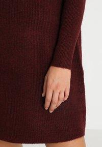 ONLY - ONLJANA COWLNECK DRESS  - Pletené šaty - chocolate truffle - 5