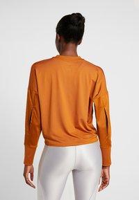Nike Performance - MIDLAYER CREW REBEL - Camiseta de deporte - burnt sienna/white/black - 2