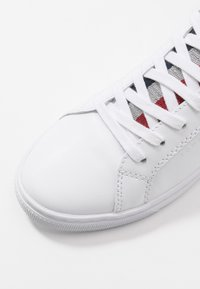 Tommy Hilfiger - CASUAL CORPORATE - Baskets basses - white - 2